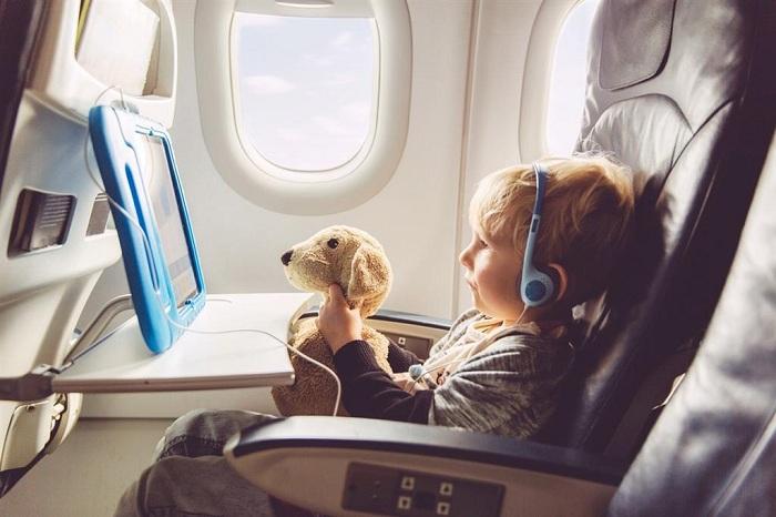 Những lưu ý khi cho trẻ nhỏ đi máy bay về vật dụng cần mang theo