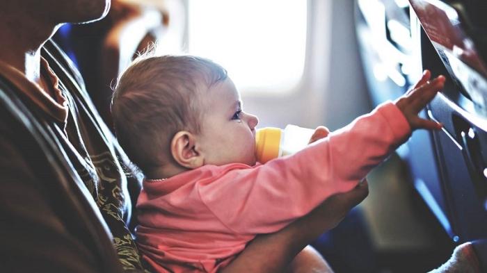 Những lưu ý khi cho trẻ nhỏ đi máy bay: chuẩn bị sữa