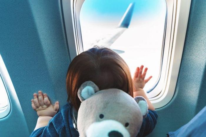 trẻ nhỏ đi máy bay có quy định độ tuổi không